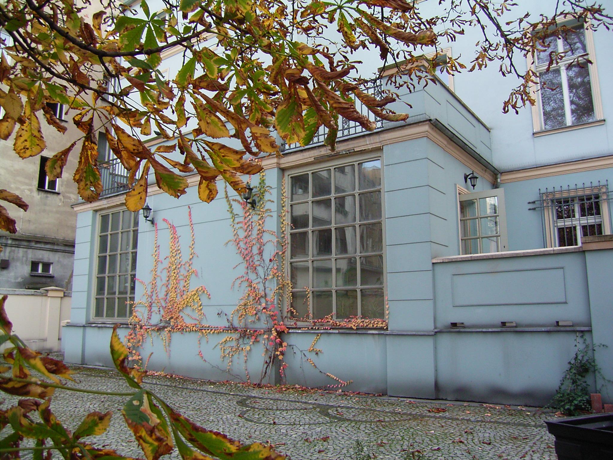 Weranda iogród natyłach Domu Edyty Stein weWrocławiu.